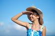 portrait d'une jolie jeune fille au soleil