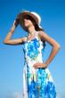 jeune fille au chapeau - ciel bleu