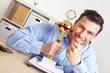 Jubelnder Manager mit Pokal