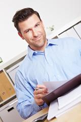 Bankberater mit Unterlagen