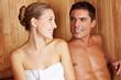 Paar in Sauna schaut sich an