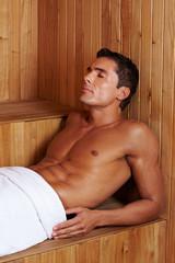 Muskulöser Mann in Sauna