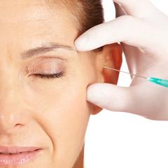 Frau lässt Augenfalten wegspritzen
