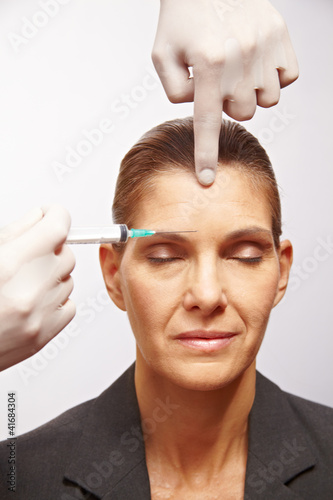 Seniorin bei Schönheitsoperation