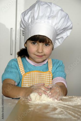 Peque a ni a cocinando pizza gorro de chef fotos de - Nina cocinando ...