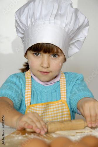 Peque a ni a cocinando y preparando masa en una cocina de - Nina cocinando ...