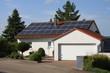 weißes haus mit Solaranlage auf dem Dach