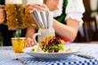 Leute in Bayerischer Tracht essen in Restaurant