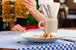 Junge Frau in Bayerischer Tracht in Restaurant