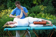 Detaily fotografie Physical therapist massaging pregnant woman's arm