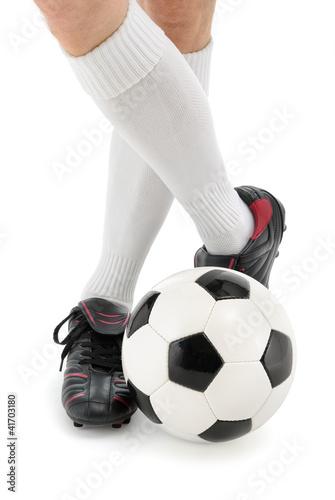 Fußball und Füße in lässiger Pose