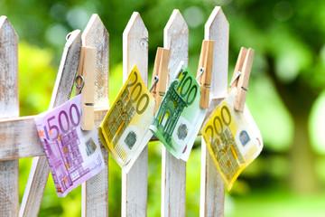 Geldscheine am Zaun