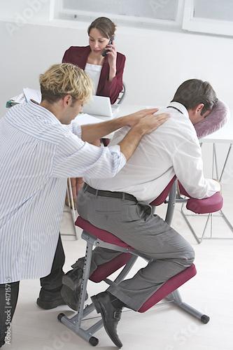 """Massage """"Amma assis"""" en entreprise"""