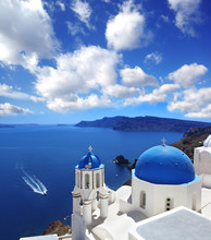 Santorini mit traditionellen Kirche in Oia, Griechenland