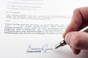 Unterschreiben eines Vertrages (hier: Arbeitsvertrag)