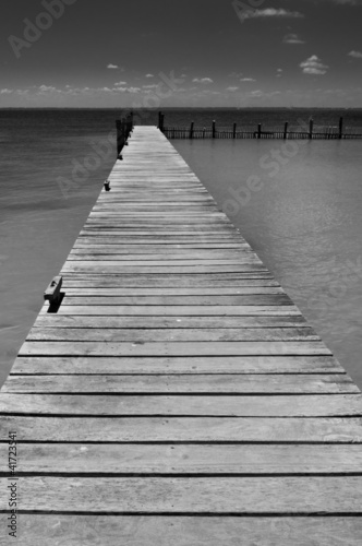 osamotniony-drewniany-molo-na-isla-mujeres-karaibski-mexic