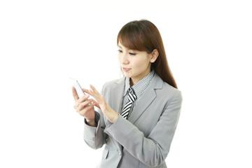 スマートフォンを操作するオフィスレディー
