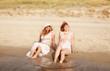 Freundinnen  sitzten am Strand