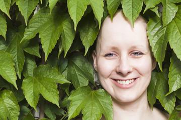 Junge Frau schaut nach Krebstherapie in die Zukunft