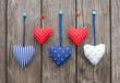 5 bunte Herzen auf Holz - 5 Hearts