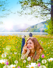 träumendes Mädchen in Blumenwiese / dandelion-6