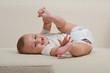 Baby spielt mit seinen Füßen