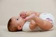 Baby spilt hit den Füßen
