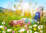 Fototapety Mädchen schläft in einer Blumenwiese / dandelion-7