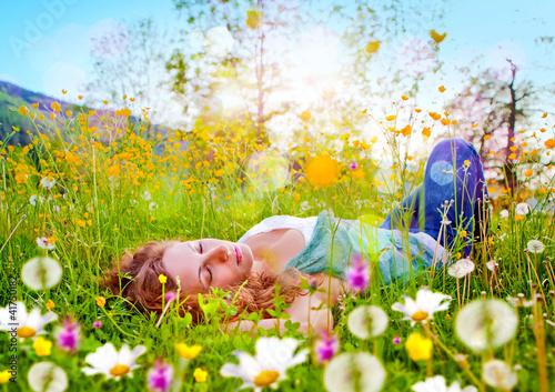 Mädchen schläft in einer Blumenwiese / dandelion-7 - 41750182