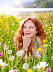 hüpsches Mädchen in Pusteblumenwiese / dandelion-1
