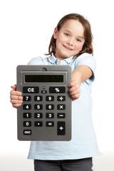 grundschülerin präsentiert großen taschenrechner