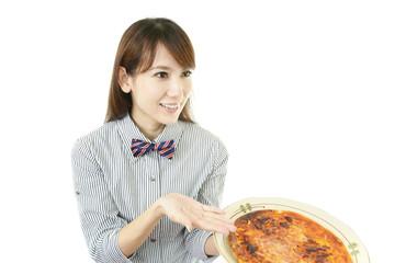 料理を勧める笑顔のウエイトレス