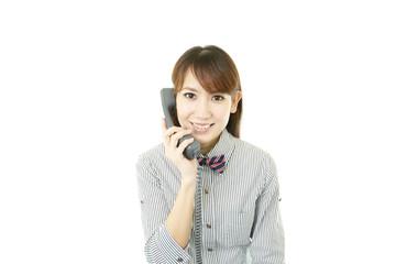 電話対応をする笑顔のウエイトレス