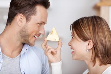 lachendes paar mit käse