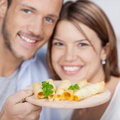 lachendes paar mit käseplatte