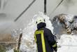 Feuerwehr löscht Brand mit Schaum