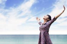 Jonge vrouw die zich uitstrekt op het strand