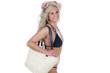 Blonde Frau im Bikini mit Korbtasche