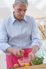 Cuisine - Homme cassant des oeufs