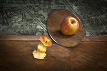 Surrealistyczny obraz jabłko odzwierciedlając w lustrze