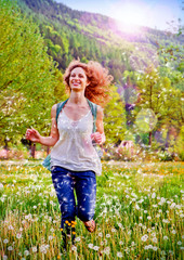 lachendes Mädchen läuft durch Blumenwiese / dandelion-4