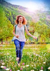 Mädchen läuft durch Blumenwiese / dandelion-9