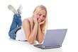 Attraktive junge Frau mit Laptop