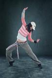 tanzende Frau mit Kappe - 41804929