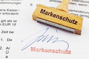 Holzstempel auf Dokument: Markenschutz