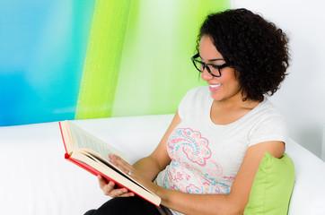glücklich ein buch lesen