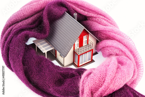 Haus mit Schal. Symbolfoto Wärmedämmung