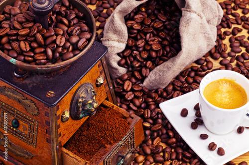 kawy-ziarna-kawy-i-mlynek-do-kawy