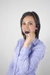 mujer castaña joven bonita con auriculares