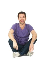 junger mann sitzt und lacht